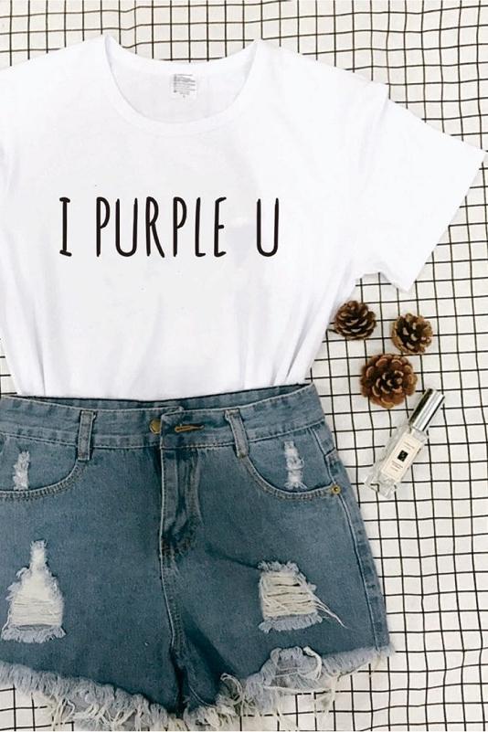 BTS i camiseta morada en blanco