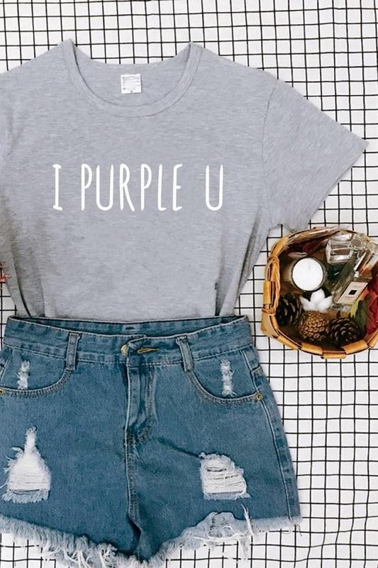 BTS i camiseta morada en gris
