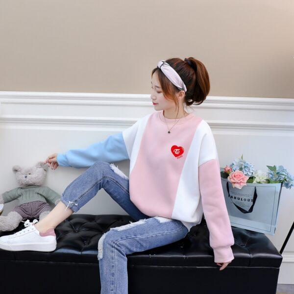 zweimal Pullover in rosa und blau